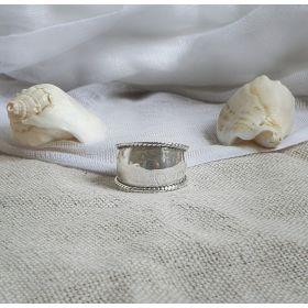 טבעתכסף מעוצבת עם פסים מעוטרים