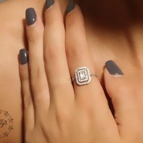 טבעת  ריבוע כפול משובצת בזירקון מרכזי