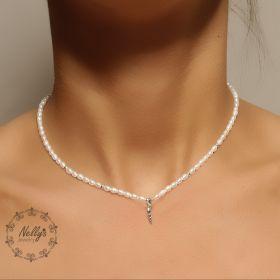 שרשרת צמודה לצוואר עם פנינים קטנות מאד ותיליון צדף