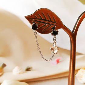 עגיל עם זירקונים שחורים ופרח נופל